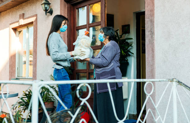 ajuda aos idosos, ajuda humanitária - charity and relief work - fotografias e filmes do acervo