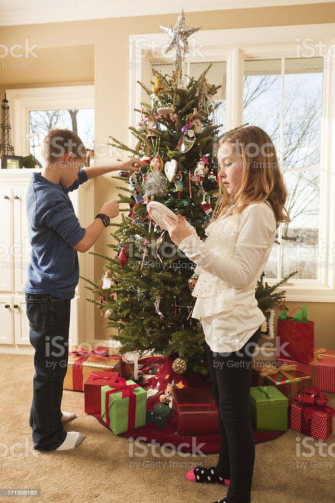 Regali Di Natale Per Bambini Di 10 Anni Femmine.Utile Bambini Famiglia Decorare Lalbero Di Natale Con Regali
