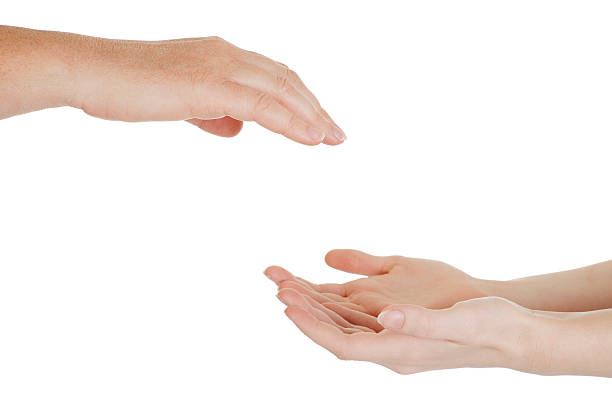 Helfende hand: Fürsorgliche komfortable Erwachsenen hand erreichen für chilld's – Foto