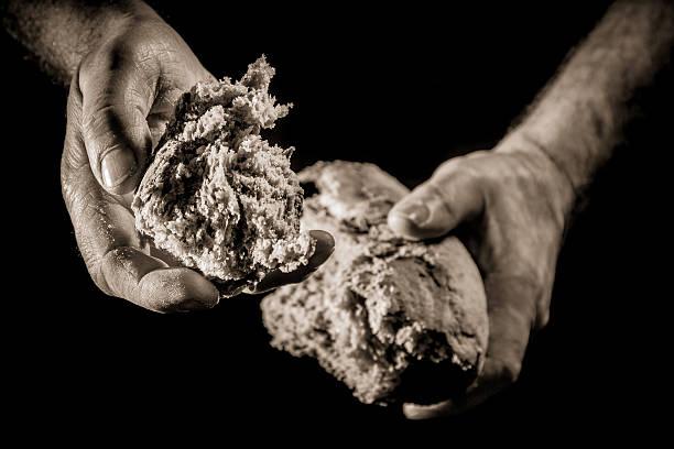 Helfende hand mit Brot – Foto