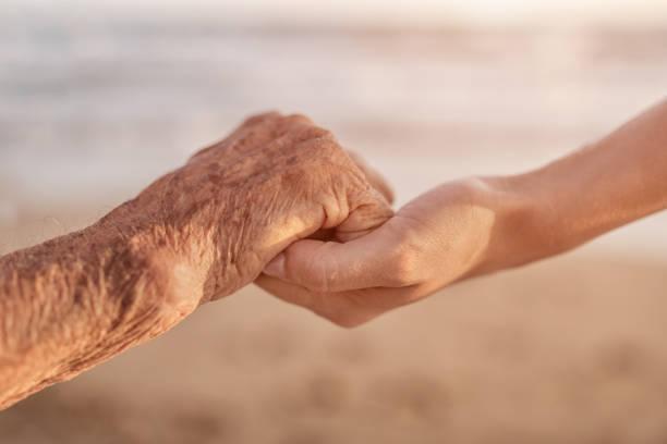helfende hände pflege für die älteren menschen konzept - hospiz stock-fotos und bilder