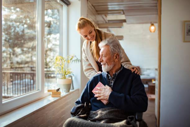 彼女の老人を助ける - ヘルスケアワーカー ストックフォトと画像