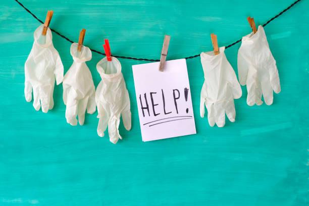 Hilfe für das Gesundheitssystem Symbol bild, medizinische Handschuhe und Hilfe Nachricht covid-19, Corona-Virus – Foto