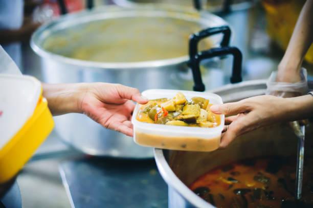 Den Armen in der Gesellschaft helfen, indem sie Lebensmittel teilen. Nächstenliebe : Das Konzept der Lebensmittelspende und des Lebensmittelbedarfs – Foto
