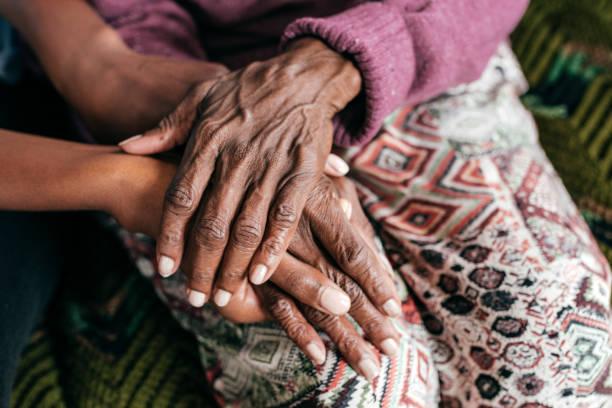 hulp aan mensen met dementie - dementia stockfoto's en -beelden