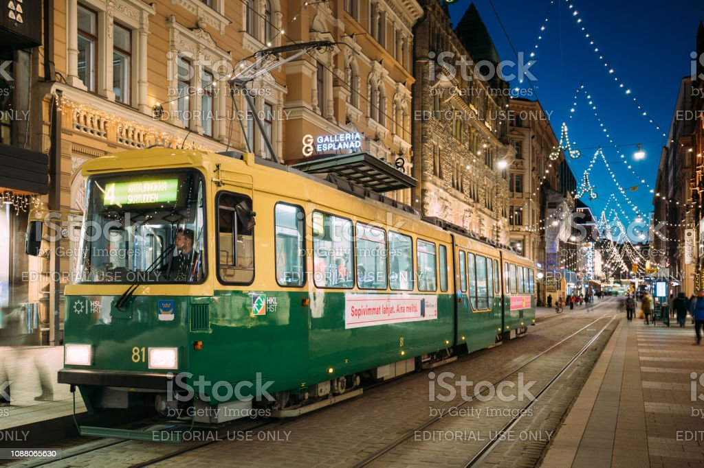 Ab Wann Weihnachtsbeleuchtung.Helsinki Finnland Straßenbahn Fährt Ab Haltestelle Ulica
