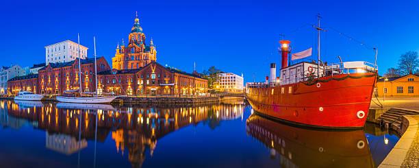 Helsinki Uspenski-Kathedrale mit Blick auf die ruhigen Wasser harbour beleuchtet Dämmerung Finnland – Foto