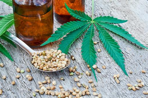 Hanf Blätter Auf Hölzernen Hintergrund Samen Cannabisölextrakte In Gläsern Stockfoto und mehr Bilder von Agrarbetrieb
