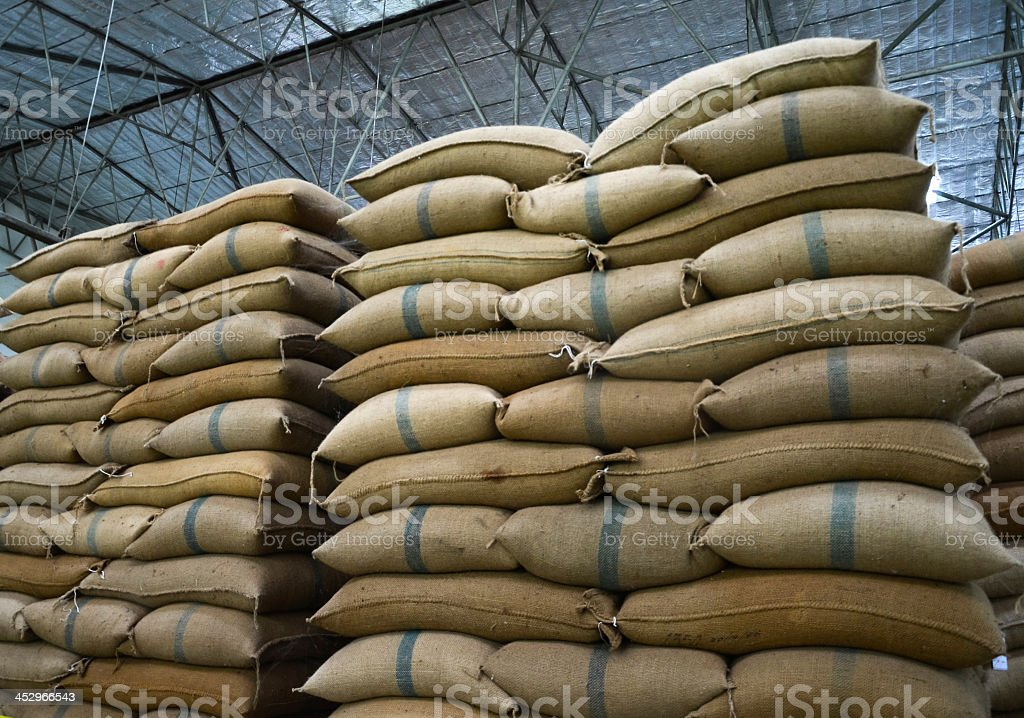 El cáñamo que contienen sacos de arroz - foto de stock