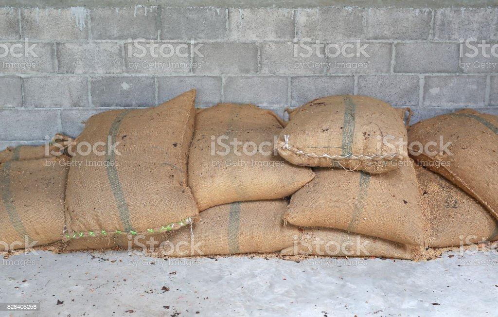 Sacos de cáñamo que contengan arroz. Sacos de arroz en el almacén. - foto de stock