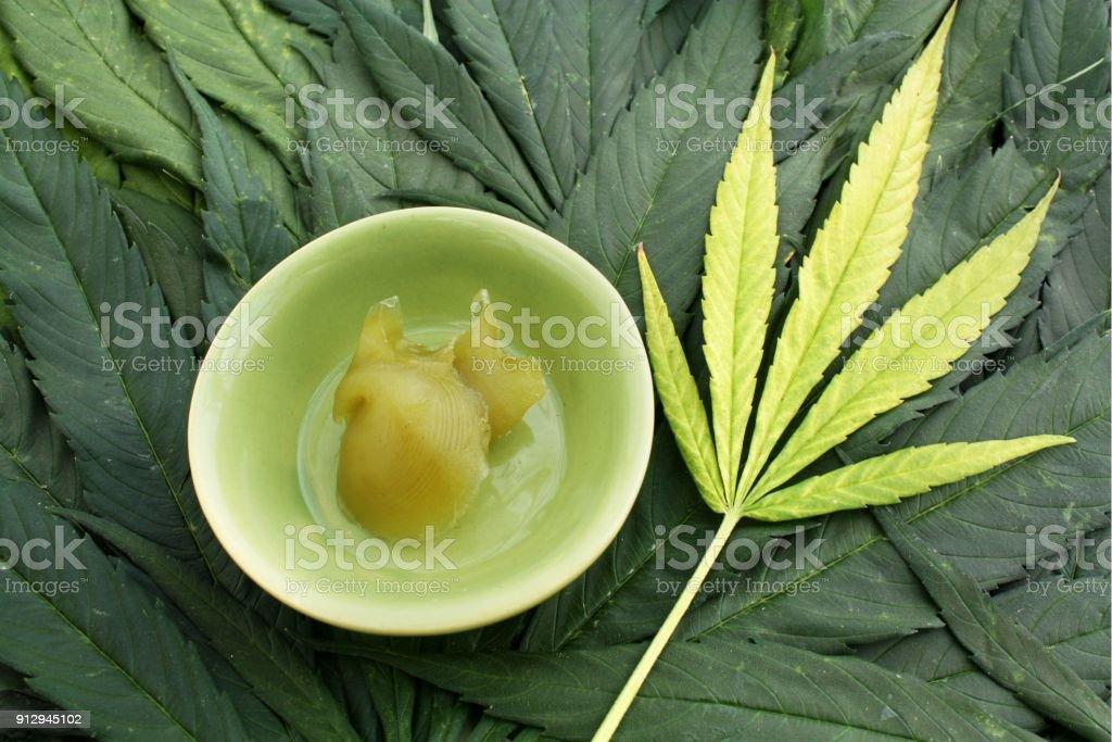 Hanf-Salbe, medizinisches Marihuana Konzept, Cannabis Salbe, Behandlung der Haut und der Gelenke. Lizenzfreies stock-foto