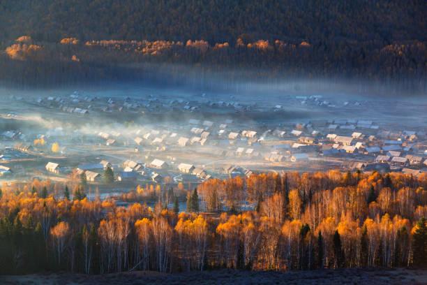 hemu dorp in najaar - altai nature reserve stockfoto's en -beelden