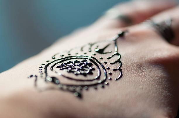 henna-tattoo-hand - buddhist tattoos stock-fotos und bilder