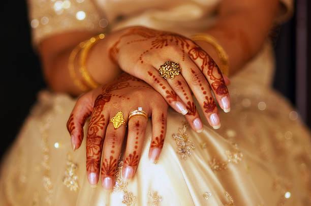 henné les mains - mariage musulman photos et images de collection