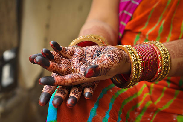 henna on hands of indian woman with bangles - tribal tattoos stock-fotos und bilder