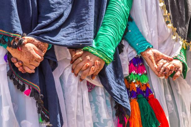 peinture au henné sur la main de femmes. mariage berbère à merzouga, maroc - mariage musulman photos et images de collection
