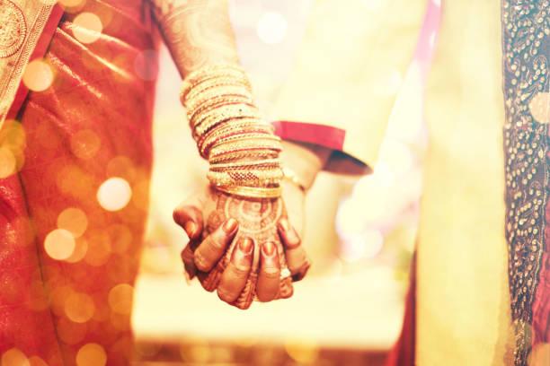 tatouage au henné, la mariée indienne - mariage musulman photos et images de collection