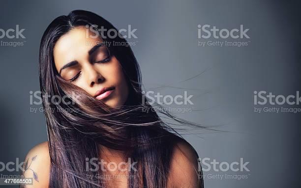 자신의 아름다움을 모든 자연스럽다 갈색 머리에 대한 스톡 사진 및 기타 이미지
