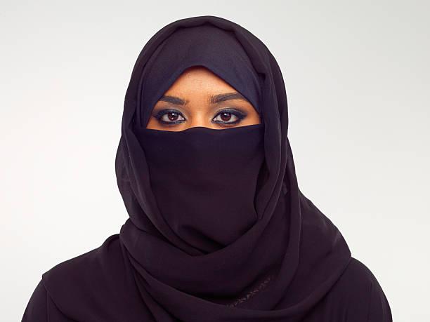 die schönheit liegt in ihren augen - burka stock-fotos und bilder
