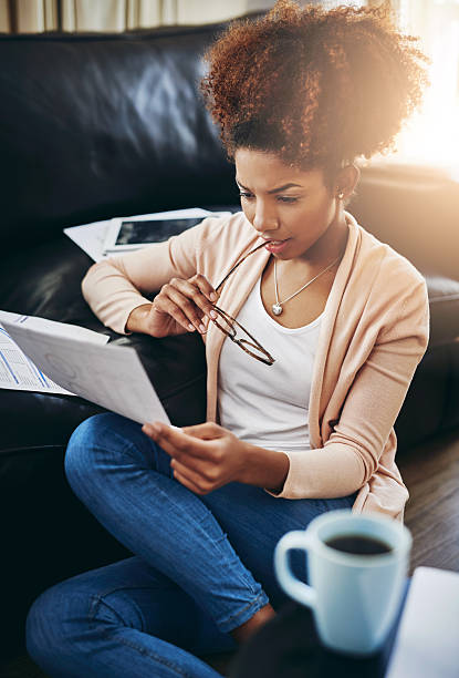 her future self will thank her for responsible financial planning - planificación financiera fotografías e imágenes de stock