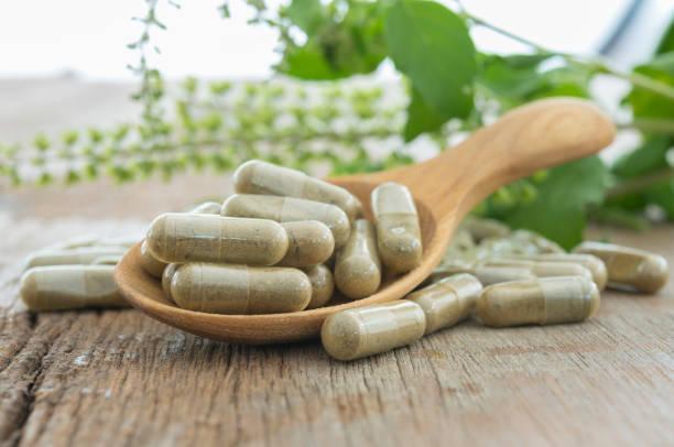 capsule aux herbes - complément vitaminé photos et images de collection