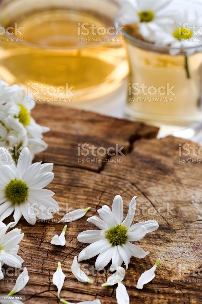 Thé à la camomille à base de plantes dans une coupe en verre et la théière en verre avec des herbes fraîches camomille - Photo de Arbre en fleurs libre de droits