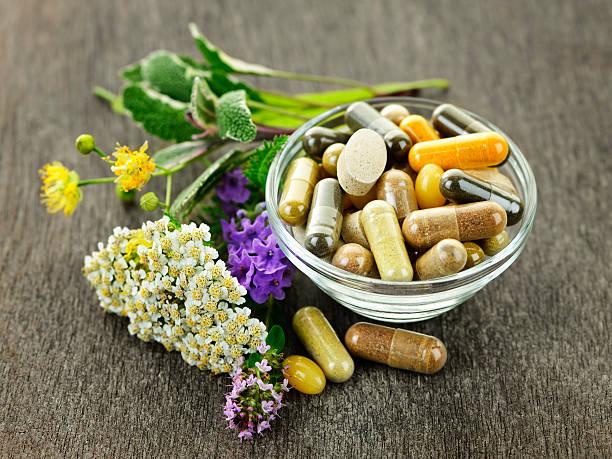 kräutermedizin und kräutern - nahrungsergänzungsmittel stock-fotos und bilder