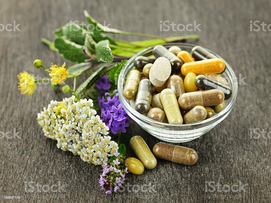 Hierbas y medicina herbaria - foto de stock