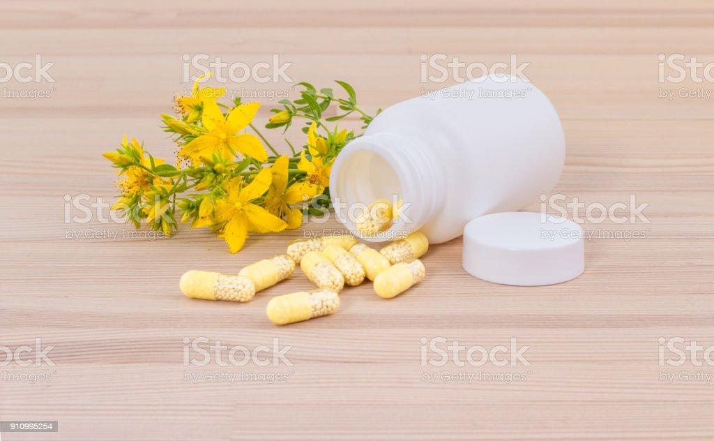 pflanzliche Arzneimittel mit Johanniskraut – Foto