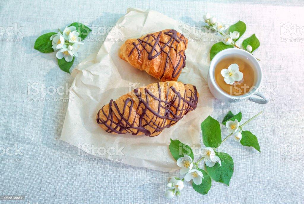 허브 차, 아름 다운 화이트 재 스민 꽃과 초콜릿 크루아상 - 로열티 프리 0명 스톡 사진