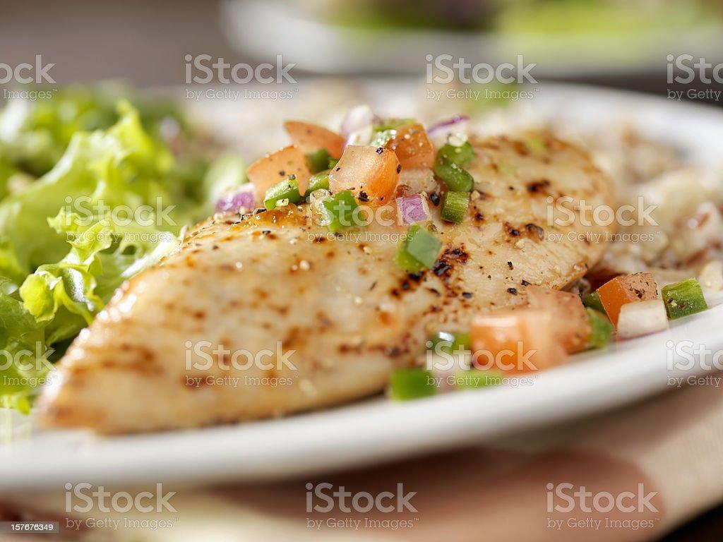 Peito de frango com ervas e com Salsa - foto de acervo