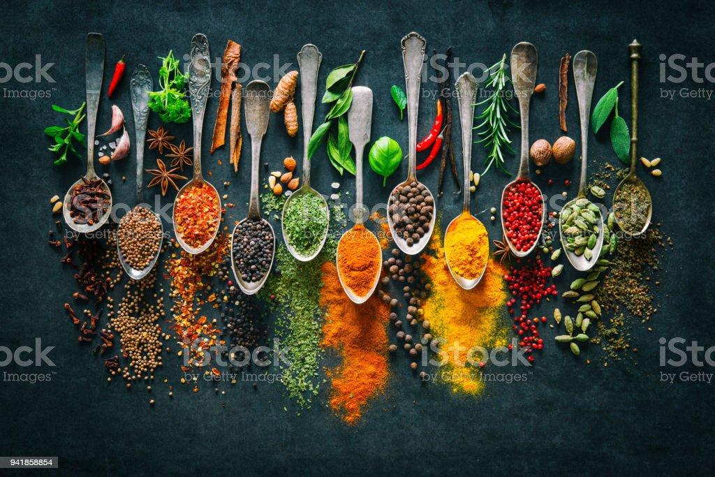 Kräuter und Gewürze zum Kochen auf dunklem Hintergrund Lizenzfreies stock-foto