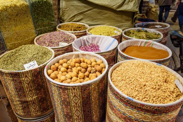 kräuter und gewürze im großen basar in tabriz. provinz ost-aserbaidschan. iran - größte städte der welt stock-fotos und bilder