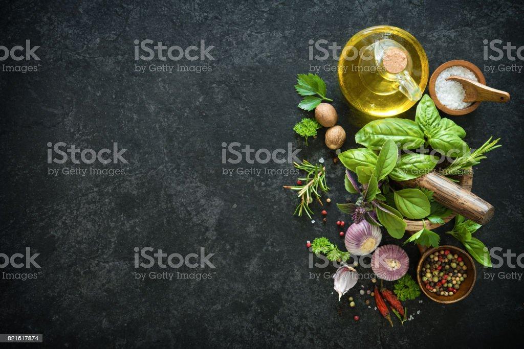 Herbes et épices sur table en pierre noire - Photo