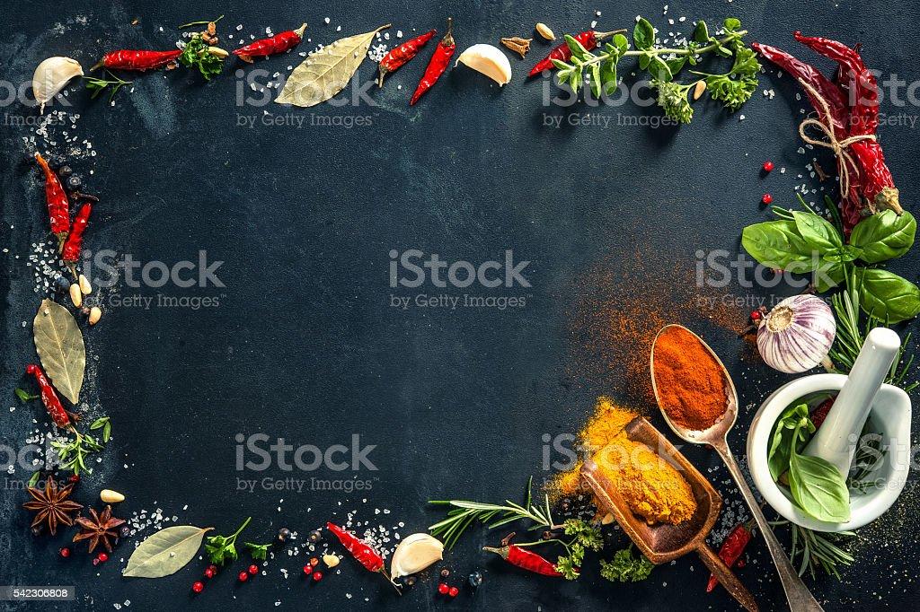 Herbes et des épices sur fond de pierre noire - Photo