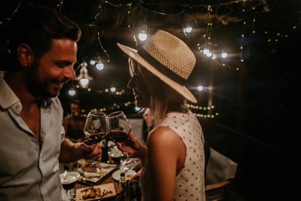 hier ist es, einen schönen abend - griechische partyspeisen stock-fotos und bilder