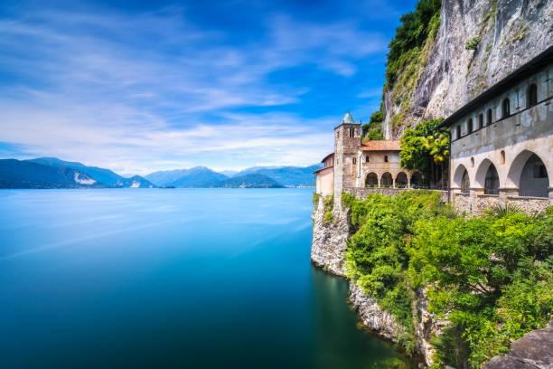 hermitage oder eremo santa caterina del sasso kloster. lago maggiore, lombardei, italien - klosterurlaub stock-fotos und bilder
