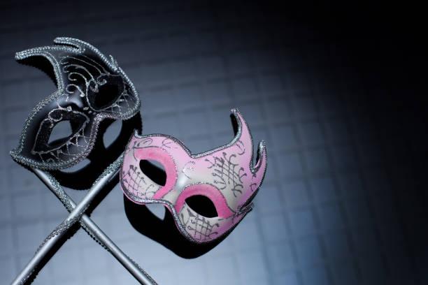 hers und seine masken, auf schwarzem hintergrund - rosa camo party stock-fotos und bilder
