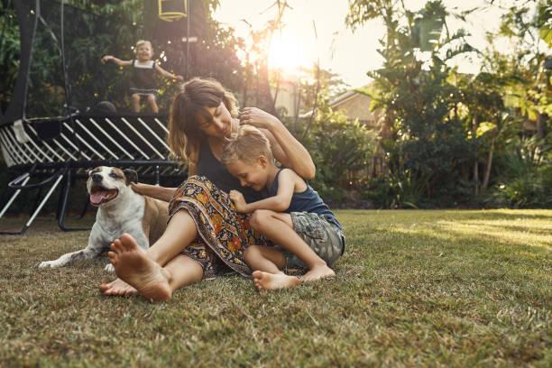 he's a mommy's boy - mãe criança brincar relva efeito de refração de luz imagens e fotografias de stock