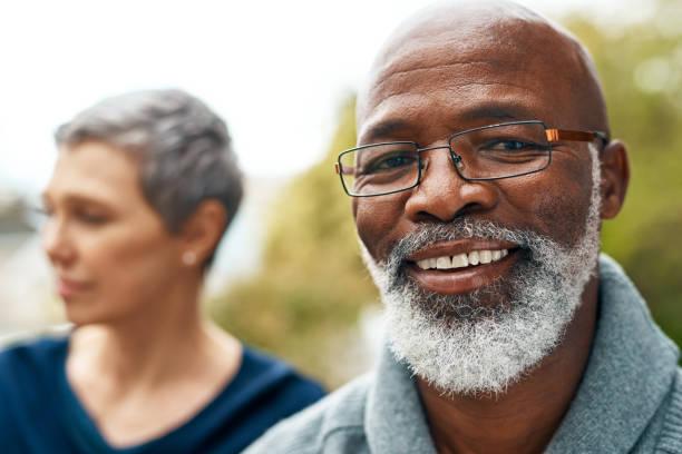 er freut sich immer - senior mann porträts stock-fotos und bilder