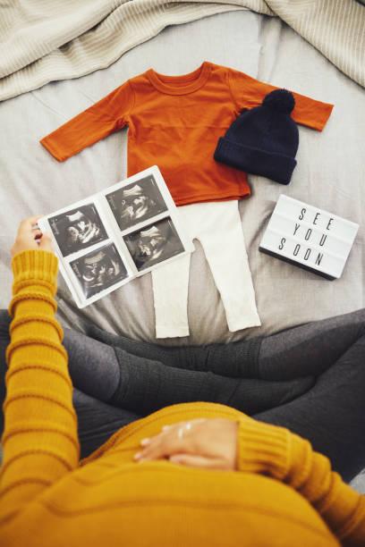 er wird in kürzester zeit aus diesen herauswachsen - sprüche zur schwangerschaft stock-fotos und bilder
