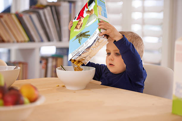 ele fazer a sua própria pequeno-almoço - muesli imagens e fotografias de stock