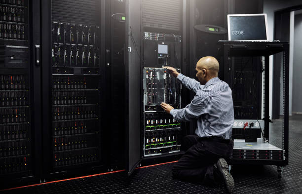 er ist in allen dingen, die it - router stock-fotos und bilder