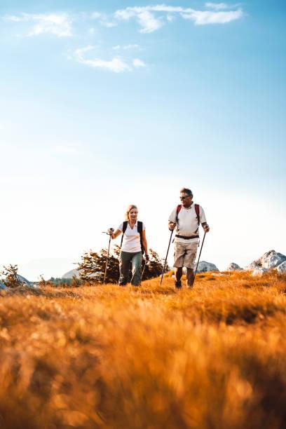 Heterosexuelles Paar Senioren Wandern – Foto