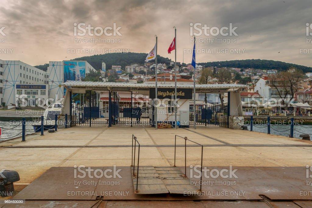 Yeşil dağlar ve bulutlu bir günde, Marmara Denizi, Istanbul, Türkiye'nin arka planda evler ile Heybeliada Ferry Terminal - Royalty-free Ada Stok görsel