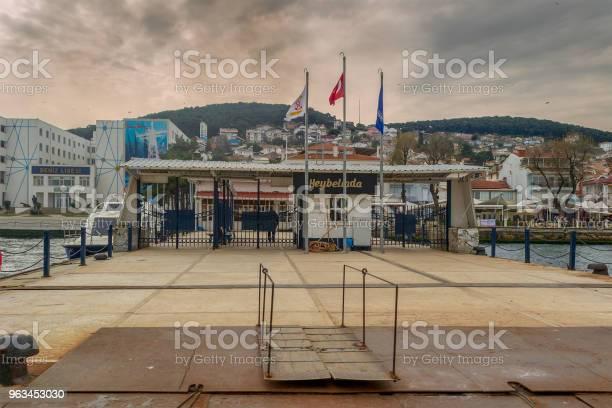 Yeşil Dağlar Ve Bulutlu Bir Günde Marmara Denizi Istanbul Türkiyenin Arka Planda Evler Ile Heybeliada Ferry Terminal Stok Fotoğraflar & Ada'nin Daha Fazla Resimleri