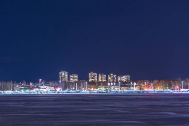 Bostadshus de Höga me området Kronan i Luleå fotat en stjärnklar vinternatt - foto de stock
