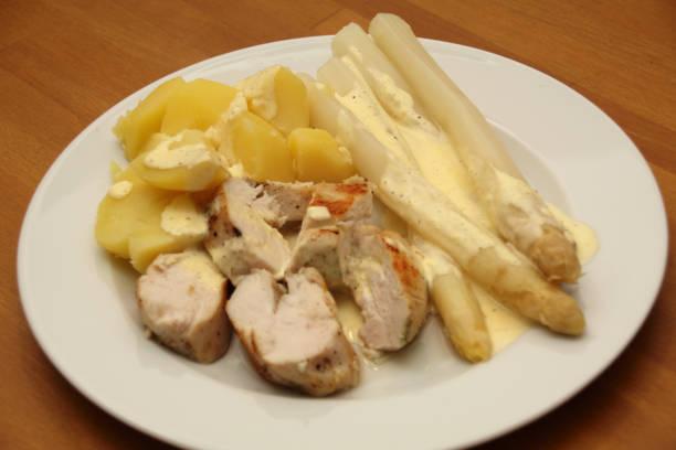 hühnerbrust mit spargel und salzkartoffeln - rezepte mit hühnerfleisch stock-fotos und bilder