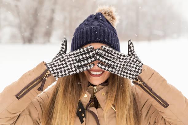escondite - moda de invierno fotografías e imágenes de stock