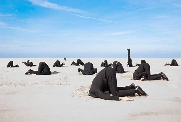 refúgio cabeça na areia - escapismo - fotografias e filmes do acervo